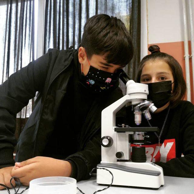 Bon dia!! ☀️. Els alumnes de 1r d'ESO ja han començat les pràctiques de biologia al laboratori.🧬.Avui han fet una pràctica d'observació de cèl·lules vegetals🧫 en la qual ells mateixos han fet la preparació d'una mostra de ceba per observar amb el microscopi.🔬..#creixemjuntsalbardina #secundària #laboratori #experimentem#ciències @sciencebits