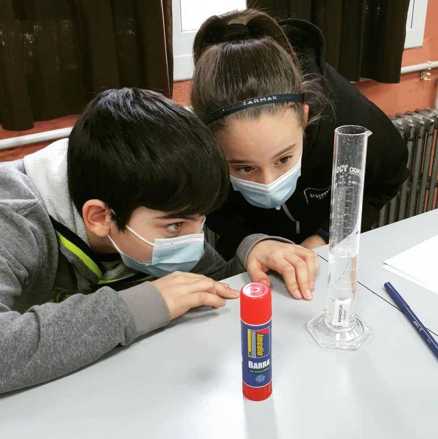 Com mesurem el volum d'un sòlid?🤔  Aquesta ha estat una de les preguntes que l'alumnat de 6è👨🏻🔬👩🏽🔬 hem buscat contestar a través de l'experimentació amb diferents materials i eines del laboratori🧪.  Abans, però, ja havíem formulat hipòtesis i explorat amb els simuladors de la nostra plataforma Science Bits💻.  I a vosaltres... també us agrada tant la ciència com a nosaltres?😁  #science #ciència #sciencebits #escola #projectes #laboratori #sbciutateducadora #santboi #creixemjuntsalbardina